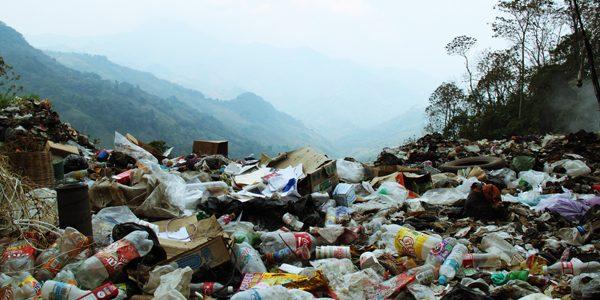 Este documental muestra la problemática del basurero localizado cerca de Acteal, que hace aproximadamente 8 años, el gobierno oficial de Chenalhó puso. El basurero tiene...