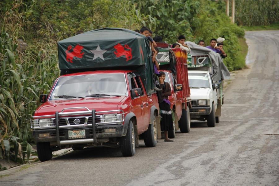 Familias desplazadas rumbo a San Cristóbal de Las Casas, Chiapas