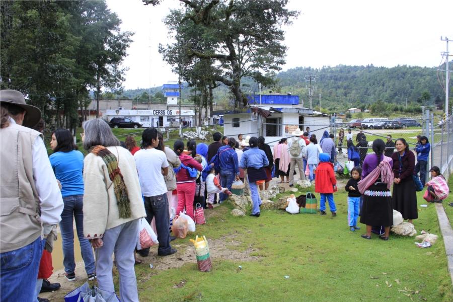 Familias esperando entrar a visitar a sus presos