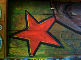 estrella roja en madera