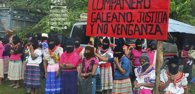 Por RadioZapatista Una niña, coqueta, de falda corta, blusa morada, pelo largo, observa la meticulosa formación de cientos de zapatistas que van llenando la plaza...
