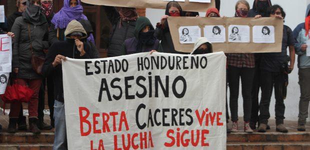 A los y las compañerxs de COPINH Al pueblo hondureño de abajo A la Sexta nacional e Internacional A los medios libres de México, Honduras,...