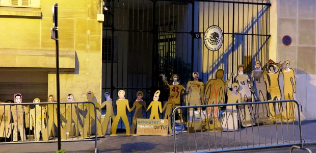 Hoy 26 de septiembre de 2016, fueron dejadas en las afueras de la embajada del gobierno mexicano en Francia varias siluetas como recordatorio de que...