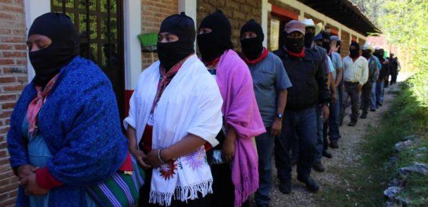 Por: Alejandro Reyes Colectivo Radio Zapatista La larga fila de bases zapatistas serpentea rodeando el auditorio para entrar del lado opuesto donde se aglomeran cientos...