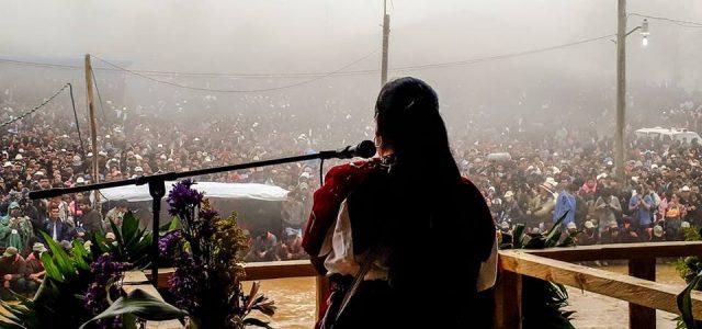 Miles de personas zapatistas,organizaciones y sociedad civil esperaron y recibieron a la vocera conocida como #MariChuy,y los concejales del CNI en oventik,Donde denunciaron una más...